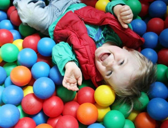 Γονείς προσοχή! Ο μοιραίος κίνδυνος που κρύβουν οι πλαστικές μπάλες στους παιδότοπους!
