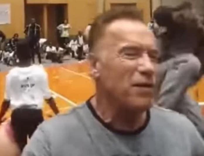 Aπίστευτο: Άγνωστος έριξε... καρατιά στον Άρνολντ Σβαρτζενέγκερ και τον σώριασε! (Βίντεο)