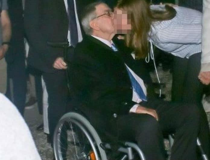 Τέως Βασιλιάς της Ελλάδος Κωνσταντίνος: Φωτογραφία ντοκουμέντο από το φιλί στο αναπηρικό αμαξίδιο!