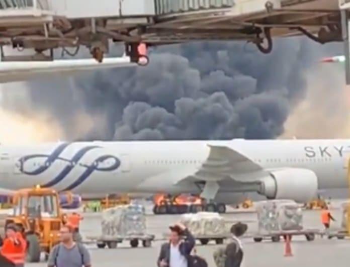 Έκτακτο: Αεροσκάφος τυλίχθηκε στις φλόγες και έκανε αναγκαστική προσγείωση! Πολλοί τραυματίες! (Βίντεο)