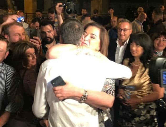 Κώστας Μπακογιάννης: Η τρυφερή αγκαλιά με τη Ντόρα μετά τη νίκη! «Γιε μου...»