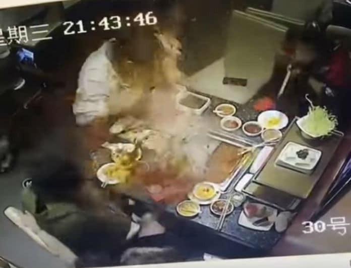 Βίντεο σοκ! Βραστή σούπα εξερράγη στο πρόσωπο σερβιτόρας!