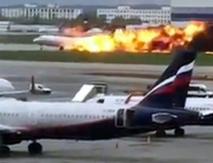 Τραγωδία με φλεγόμενο αεροπλάνο: 2 παιδιά και 11 ενήλικοι νεκροί! Αγνοούνται επιβάτες! (Βίντεο)