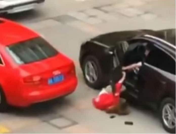 Είδηση σοκ: Αρνήθηκε να τα ξαναβρούν και την πάτησε με το αυτοκίνητό του! ( Video)