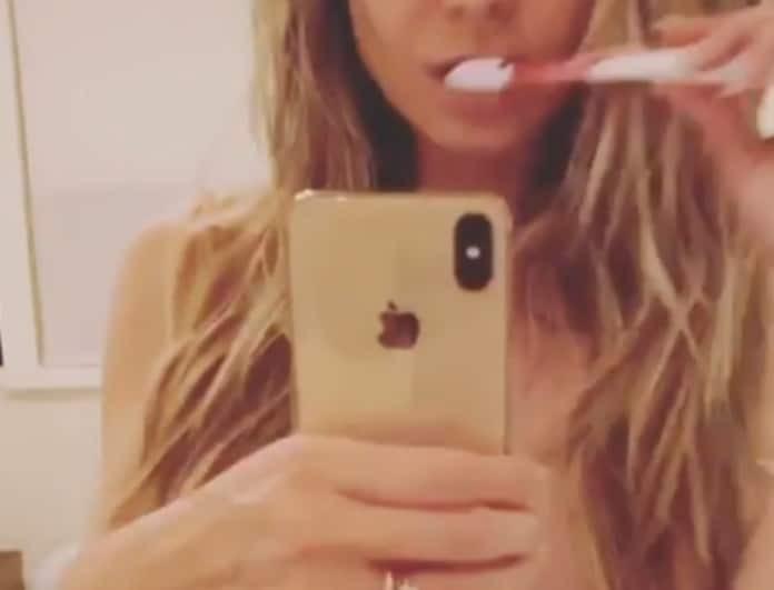 Γκρέμισε το διαδίκτυο πασίγνωστο μοντέλο! Βουρτσίζει γυμνόστηθη τα δόντια της! (Bίντεο)