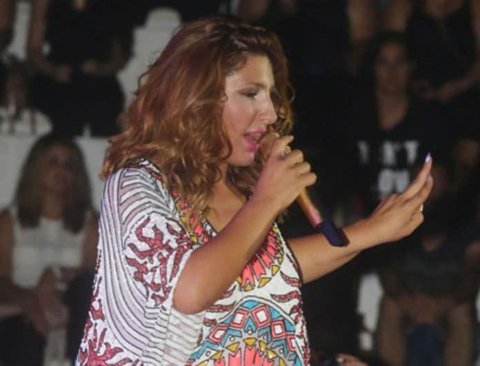 Έλενα Παπαρίζου: Σάλος με το κοντό φόρεμα που