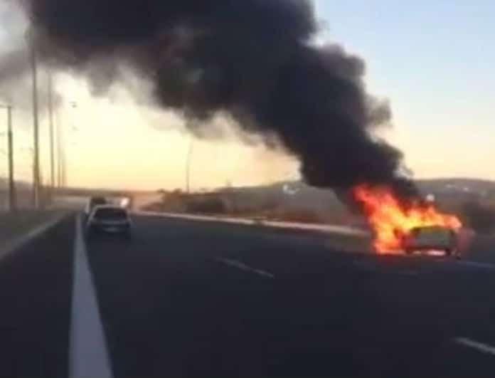 Σοκ στην Αττική Οδό! Εκρήξεις από διαρροή καυσίμων! Ξέσπασε φωτιά σε αυτοκίνητο!