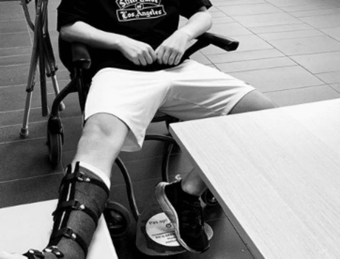 Ατύχημα για κορυφαίο μουσικό! Κυκλοφορεί με αναπηρικό αμαξίδιο!