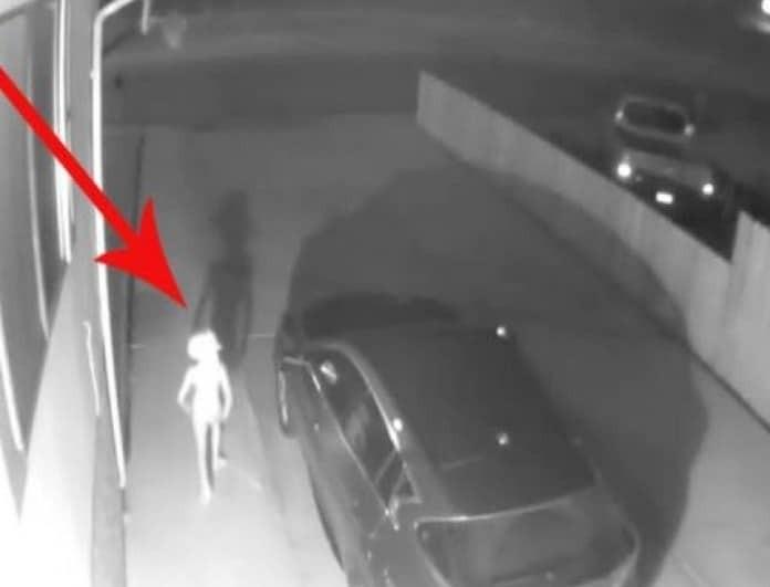 Κάμερα ασφαλείας κατέγραψε εξώκοσμο πλάσμα να κόβει βόλτες! Δαίμονας, εξωγήινος ή... (Βίντεο)