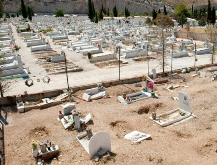 Σοκ στο νεκροταφείο Σχιστού: Λείψανα νεκρών πεταμένα στους διαδρόμους! (Βίντεο)
