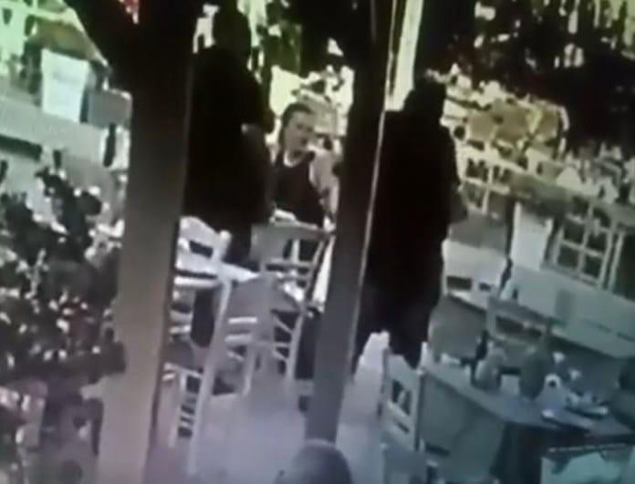 Βίντεο-σοκ: Υπάλληλος ταβέρνας σώζει την ζωή πελάτη που στραβοκατάπιε με λαβή Χάιμλχ!