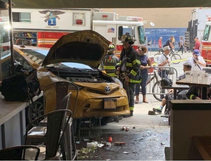 Σοκ στο Μανχάταν! Ταξί «καρφώθηκε» σε εστιατόριο! 8 τραυματίες!