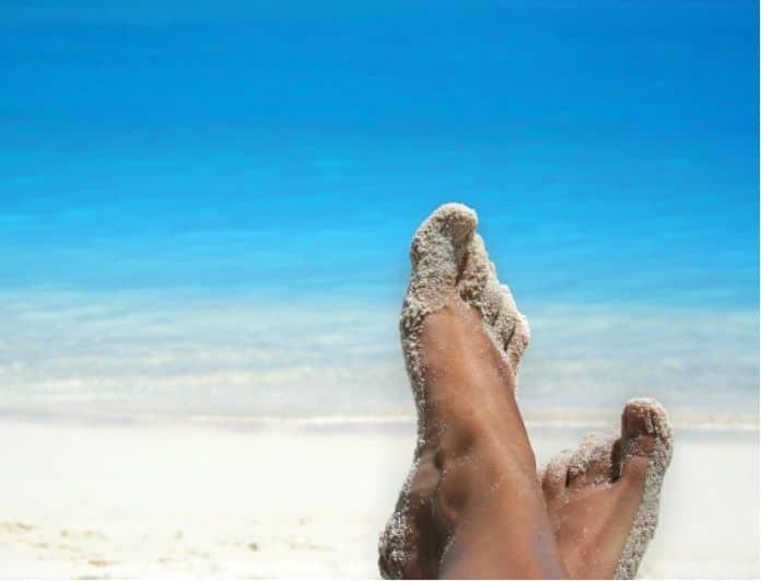 Έξυπνο και εύκολο τρικ για να αφαιρείς την άμμο από τα πόδια σου στην παραλία!