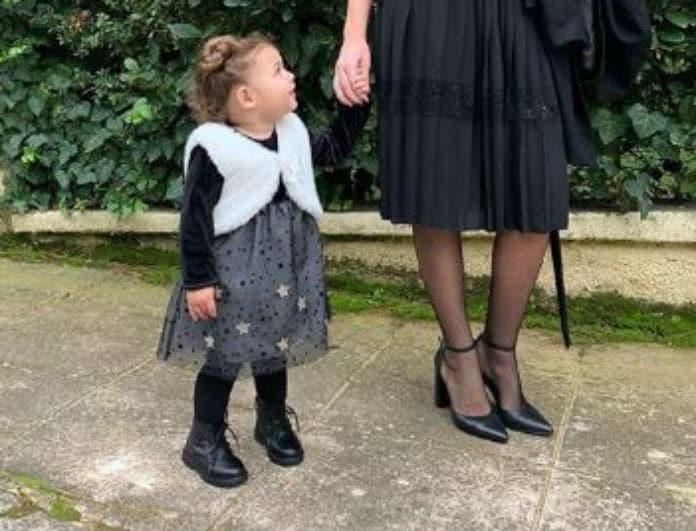 Αναγνωρίζετε το γλυκό κοριτσάκι της φωτογραφίας; Είναι η κόρη γνωστού Έλληνα τραγουδιστή!