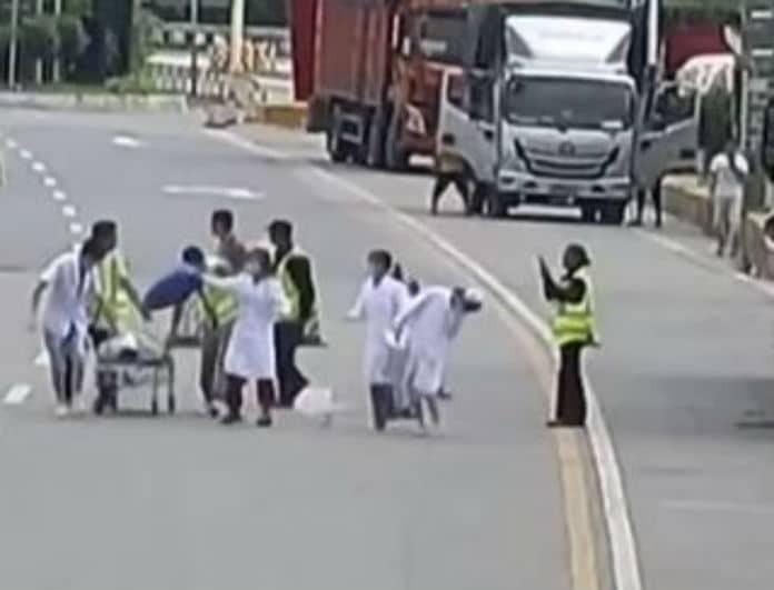Ατύχημα που συγκλονίζει! Εξερράγη ρόδα φορτηγού και εκτοξεύθηκε ο οδηγός!