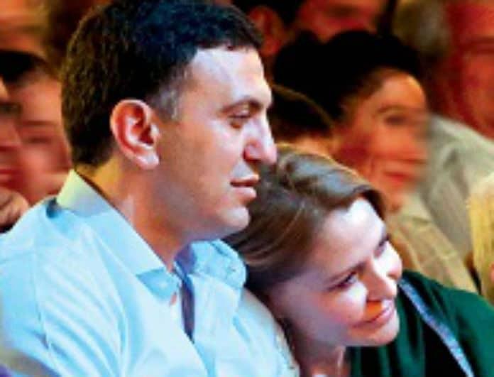 Τζένη Μπαλατσινού - Βασίλης Κικίλιας: Αγκαλιασμένοι στο θέατρο! Τα ερωτικά βλέμματα στο σκοτάδι!