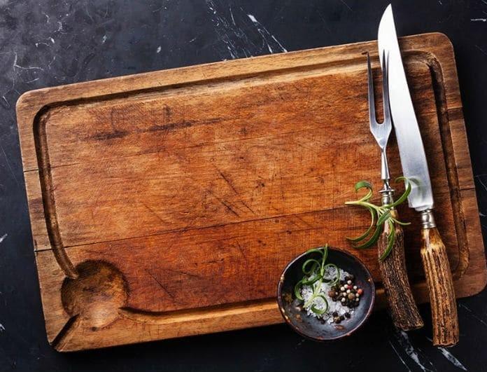 Μεγάλη προσοχή! Να γιατί δεν πρέπει να πλένετε το ξύλο κοπής με απορρυπαντικό πιάτων!