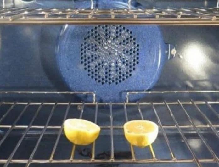 Βάζει στο φούρνο ένα λεμόνι κομμένο στη μέση - Μόλις δείτε γιατί θα το κάνετε κι εσείς!