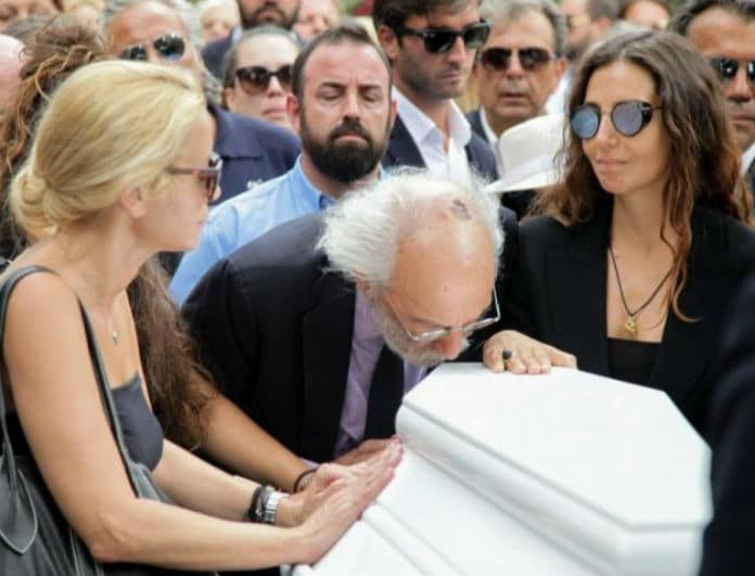 Μαρία Ελένη Λυκουρέζου - Μάρθα Κουτουμάνου: Η φωτογραφία από την κηδεία της Λάσκαρη που είχε