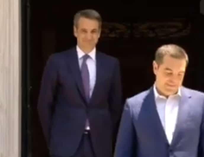 Η στιγμή που ο Τσίπρας αποχωρεί από το Μαξίμου! Τον έβλεπε από το κατώφλι χαμογελαστός ο Μητσοτάκης! (Βίντεο)