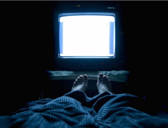 Κοιμάσαι με την τηλεόραση ανοιχτή; Σταμάτα το αμέσως! Κινδυνεύεις από...