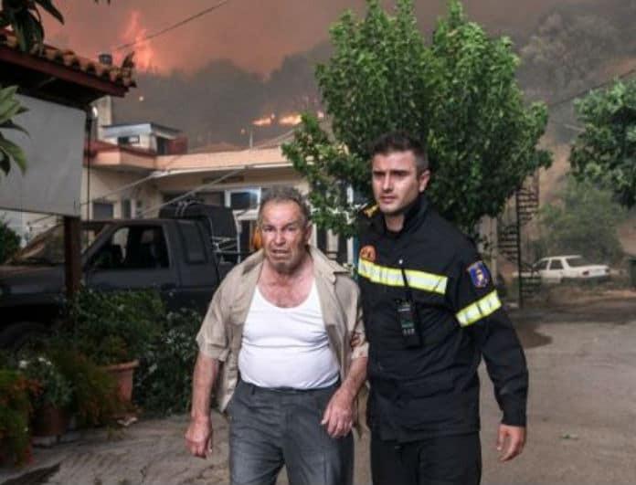 Φωτιά Εύβοια: Εκτός ελέγχου καίει σπίτια! Ηλικιωμένος δεν εγκαταλείπει την οικία του!