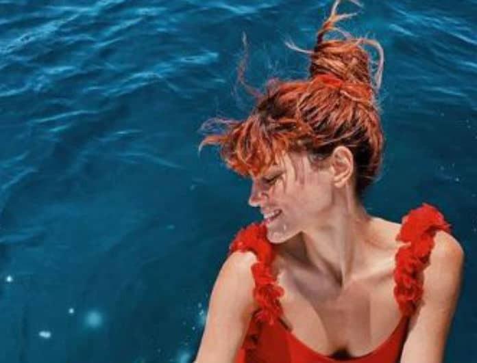 Μαίρη Συνατσάκη: Βούτηξε μέσα στο νερό και μας έδειξε το αληθινό της κορμί!