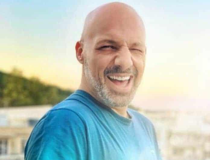 Νίκος Μουτσινάς: Ξάπλωσε στα βότσαλα με καλή παρέα! «Σεισμός» από τα σχόλια!