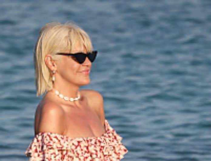Σάσα Σταμάτη: Έκανε το απόλυτο beach look! Στην παραλία με πέρλες και 2 μέτρα πόδι!