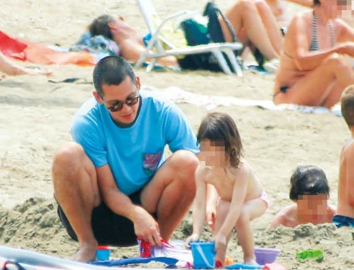Σωτήρης Κοντιζάς: Ο κριτής του Master Chef πιο χαλαρός από ποτέ! Με την γυναίκα και την κόρη του στήνουν σκηνή στην παραλία!