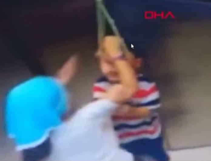 Βίντεο σοκ! Αγόρι κρεμάστηκε σε ασανσέρ!
