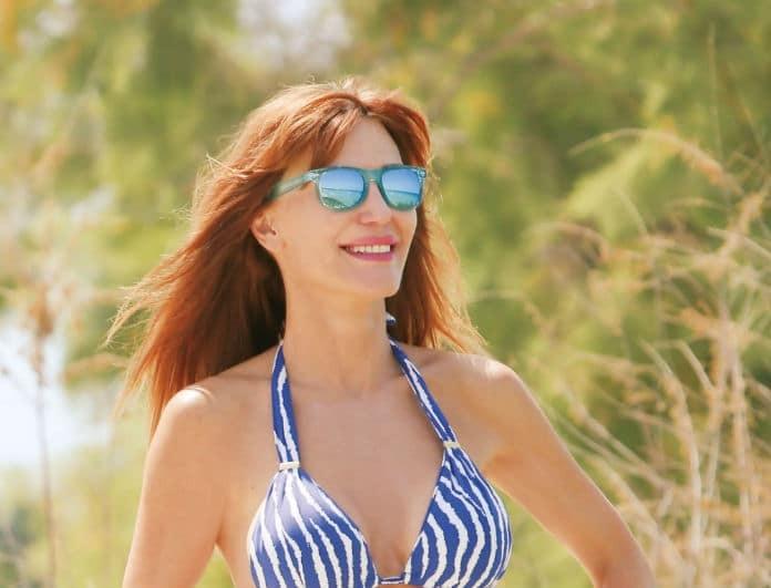 Βίκυ Χατζηβασιλείου: Με ριγέ γαλάζιο μαγιό στην Χαλκιδική! Το παρεό της όμως