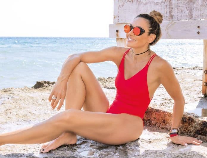 Ελένη Πετρουλάκη: Το απόλυτο κορμί με κατακόκκινο μαγιό! Πώς διατηρεί την γραμμή της;