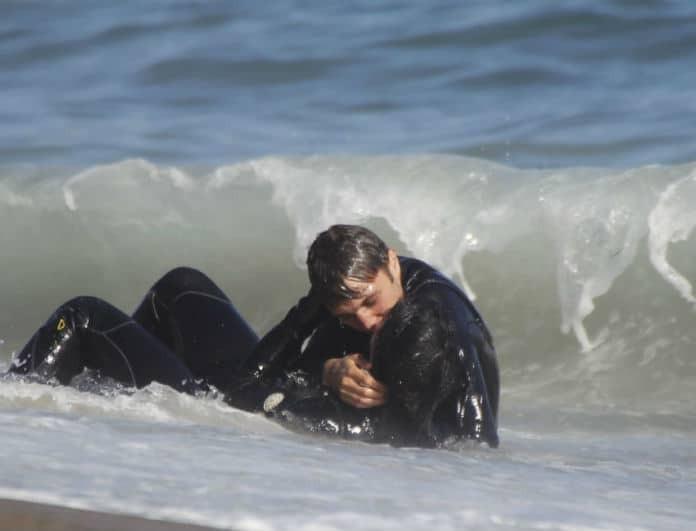 Νέο ζευγάρι στην showbiz! Έδιναν «καυτά» φιλιά όσο τα κύματα «έλουζαν» τα κορμιά τους!