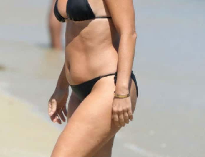 Γνωστή Ελληνίδα παρουσιάστρια έκανε βουτιές σε παραλία της Μυκόνου! Ακομπλεξάριστη με το μαύρο της μπικίνι!