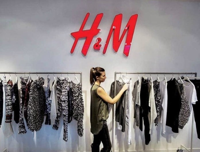 H&M: Αυτή είναι η νέα τζιν ολόσωμη φόρμα που έχει προκαλέσει φρενίτιδα!