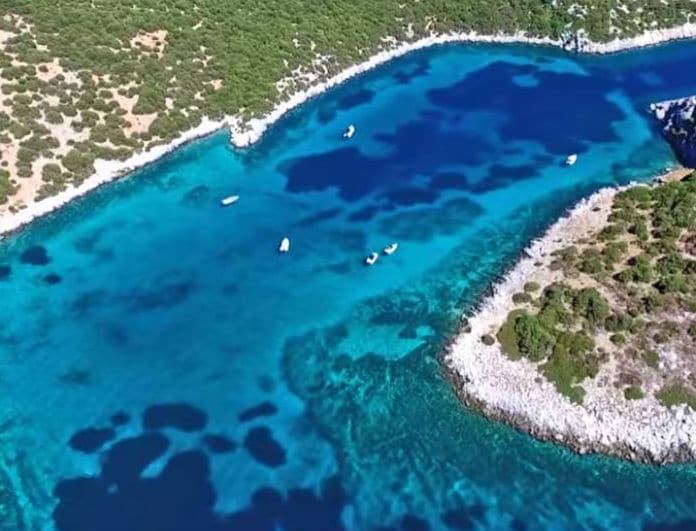 Αυτό το νησί με τα τιρκουάζ νερά, βρίσκεται μόλις 1 ώρα από την Αθήνα!