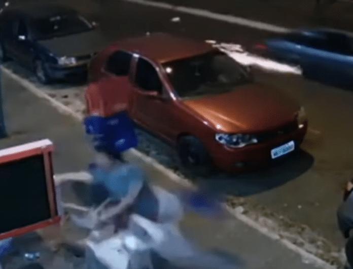 Βίντεο σοκ! Ρόδα αυτοκινήτου πέταξε στον αέρα άνδρα που έπινε.. ήσυχος την μπύρα του!