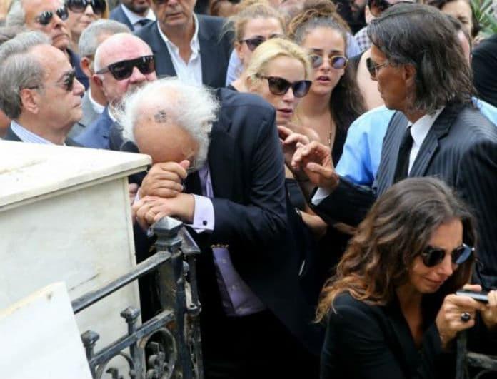 Ζωή Λάσκαρη: Αδημοσίευτες φωτογραφίες από την κηδεία! Τι έβαλε η Μαρία Ελένη πάνω από το φέρετρο;