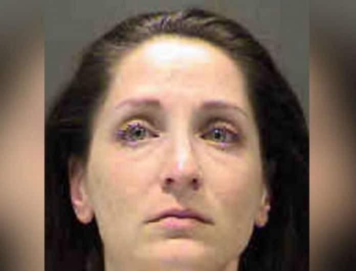 Δασκάλα συνευρέθηκε με 15χρονη μαθήτρια της και θα περάσει 26 χρόνια στην φυλακή!