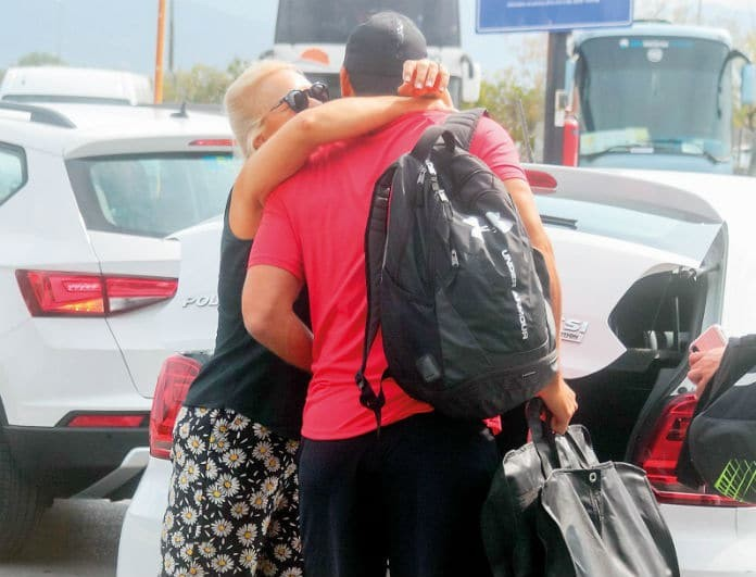 Σάκης Τανιμανίδης - Χριστίνα Μπόμπα: Έξω από το αεροδρόμιο! Στην αγκαλιά της μαμάς του πριν το... αντίο!