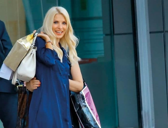 Ελένη Μενεγάκη: Μπήκε σε εμπορικό και κοίταγαν όλοι το φόρεμά της! Βγήκε από το... ναυτικό!