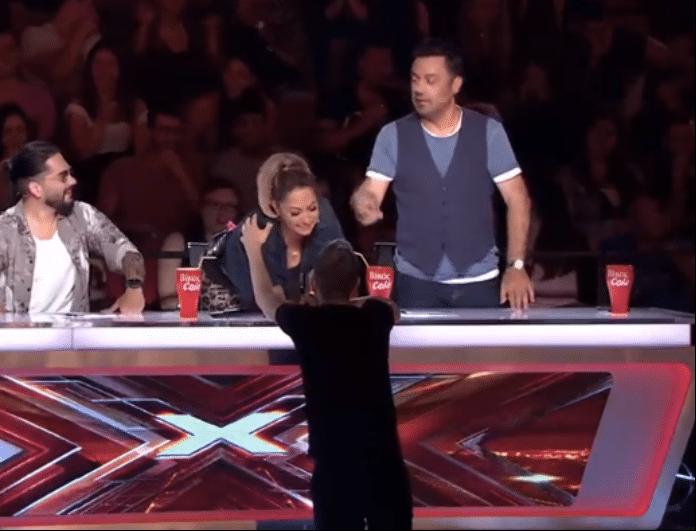 X-Factor: Επική τούμπα διαγωνιζόμενου! Επέμενε να πάει κοντά τους και τελικά έκανε «βουτιά» στο κενό!
