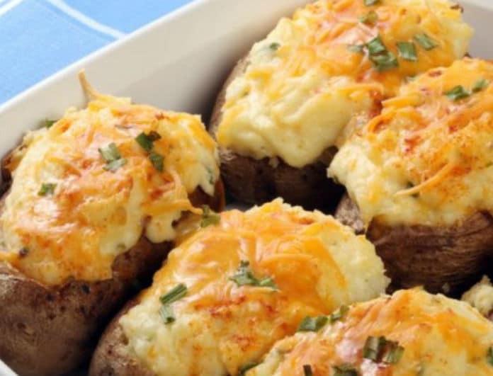 Μόνο για καλοφαγάδες: Γεμιστές πατάτες στον φούρνο με κοτόπουλο και λιωμένα τυριά...