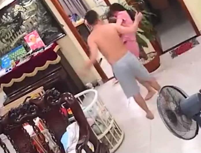 Βίντεο σοκ: Έδειρε χωρίς έλεος τη σύζυγό του επειδή άλλαξε θέση στην τηλεόραση!