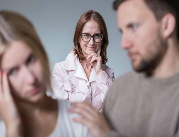 «Η μητέρα μου δε θέλει τη σύντροφό μου. Τι να κάνω»; Ο ειδικός του YouWeekly.gr απαντά!