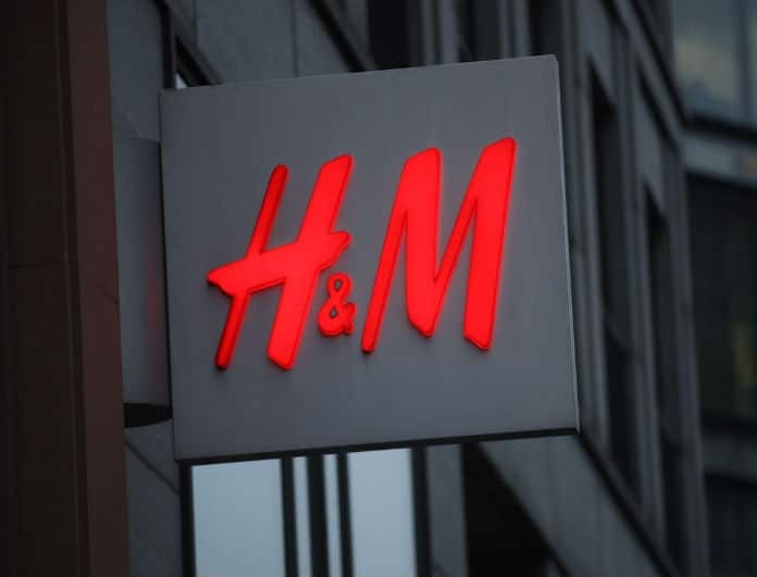 Κορίτσια προσοχή! Αυτό το τζιν από τα H&M δεν έχει το κλασικό χρώμα αλλά το θέλουν όλες... κολασμένα!