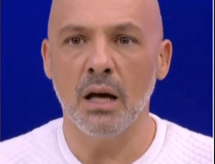 «Το στέρνο μου Νίκο Μουτσινά είναι πιο άτριχο από την καράφλα σου» - Aτάκα έπος από παρουσιαστή!
