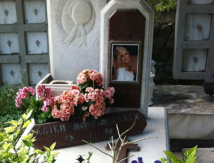 Αλίκη Βουγιουκλάκη: Φωτογραφία - ντοκουμέντο! Ο μαυροφορεμένος άντρας που κοιμάται πάνω στον τάφο της!