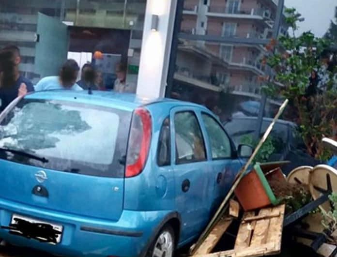 Απίστευτο! Αυτοκίνητο «καρφώθηκε» μέσα σε καφετέρια!
